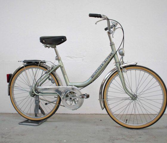 Bicyclette vert clair pour femme restaurée dans notre atelier de Rennes